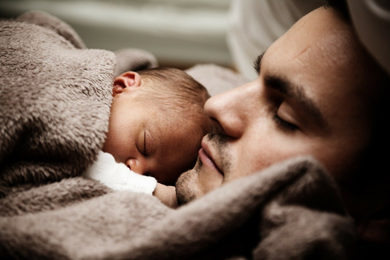 gibalni razvoj dojenčka po mesecih